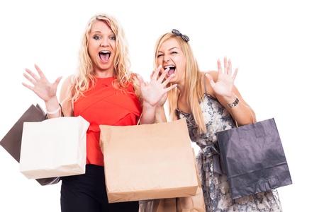 chicas de compras: Dos chicas rubias locos de compras, aisladas sobre fondo blanco