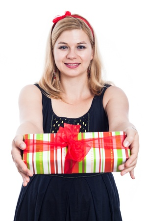 generoso: Feliz mujer generosa que da el presente, aislados en fondo blanco