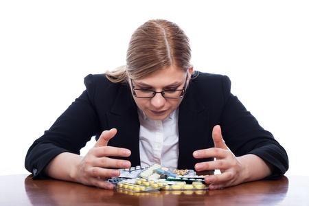 drogadiccion: Mujer de negocios con muchas píldoras, aisladas sobre fondo blanco.