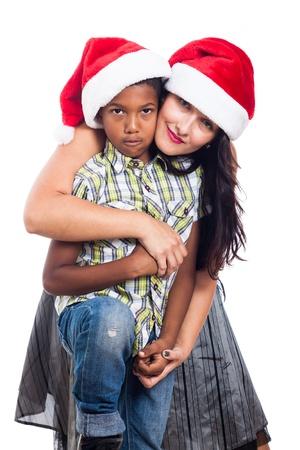 madre soltera: Retrato de la familia de la Navidad en el sombrero de Santa, aisladas sobre fondo blanco.