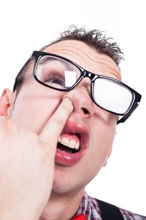Gros plan de nerd homme sélectionnant son nez, isolé sur fond blanc.