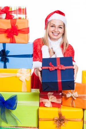 generoso: Alegre mujer de dar regalos de Navidad, aisladas sobre fondo blanco.