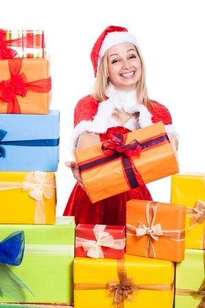 generoso: Hermosa mujer de Navidad sonriendo dar regalos, aislados en fondo blanco.