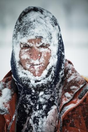 L'uomo coperto di neve nella bufera di neve. Archivio Fotografico - 22306161