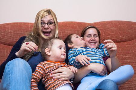 lesbienne: Deux femmes heureux de jouer avec les enfants à la maison