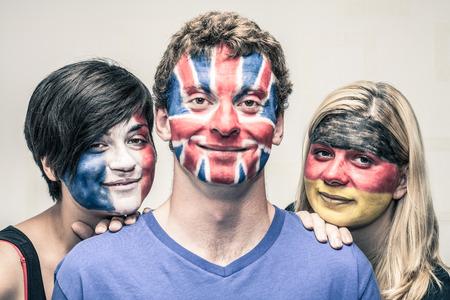 Portrait der jungen lächelnden Menschen mit europäischen Flaggen gemalt auf ihren Gesichtern