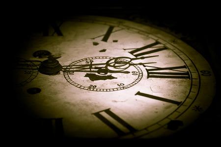 numeros romanos: Foto creativo abstracto de la cara del reloj oscuro. Foto de archivo