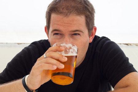 hombre tomando cerveza: Cierre de jóvenes de cerveza hombre bebiendo.