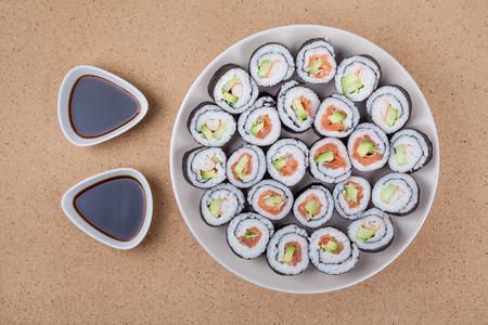 Assiette de rouleaux de sushi et de la sauce de soja.