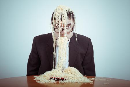 Suralimentation et le concept de consumérisme. Nasty affaires de manger des pâtes.