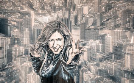 Supereroe femminile e paesaggio urbano sullo sfondo, ritratto alterate digitalmente, con effetto sfocatura di movimento. Archivio Fotografico - 43716351