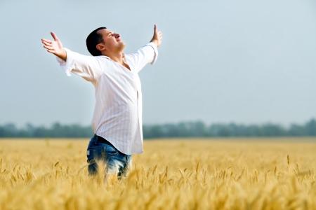 manos levantadas al cielo: La felicidad en el campo de oro ma�z de verano