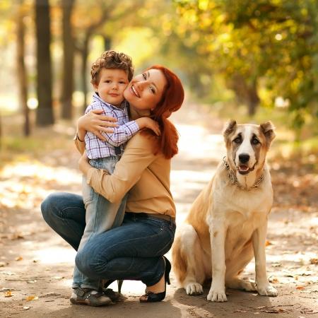 madre hijo: madre feliz jugando con su hijo en el parque