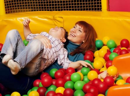 bola de billar: niño que juega bolas de colores con mamá