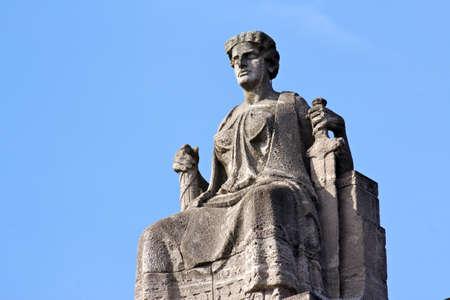 dama justicia: Justitia, Se�ora Justicia, sentada en su trono en Hamburgo, Alemania Foto de archivo