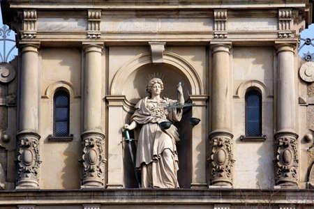 dama justicia: Justitia, Se�ora Justicia, de pie con la escala y la espada en la fachada de la Strafjustiz Geba? Ude edificio de la justicia penal en Hamburgo, Alemania