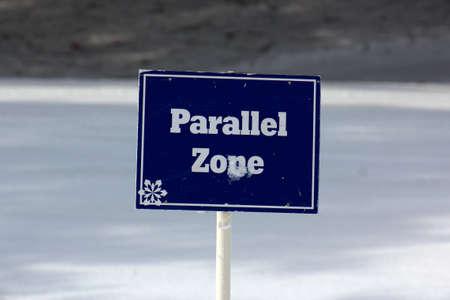 ski slopes: Iscriviti segna la zona parallela sulle piste da sci Editoriali