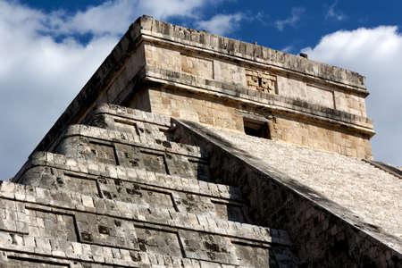 Detail of the top of the landmark Kukulkan pyramid at the Mayan city of Chichen Itza, Yucatan, Mexico. Stock Photo - 13717599