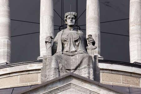 justitia: Justitia, Se�ora Justicia, sentada en su trono por encima de la puerta de la Hanseatisches Oberlandesgericht (Tribunal Supremo Hanse�tica) de Hamburgo, Alemania. Foto de archivo