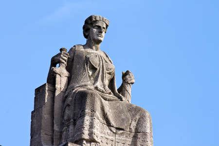 justitia: Justitia, Se�ora Justicia, sentada en su trono en Hamburgo, Alemania Editorial