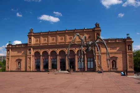 arachnoid: Il museo d'arte Kunsthalle di Amburgo, in Germania, con Louise Bourgeoiss