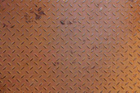 oxidated: Una cubierta de metal oxidado en una instalaci�n industrial