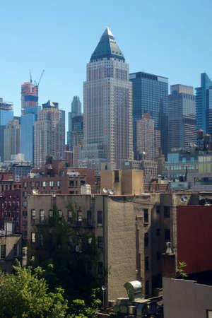 glistening: Horizonte de Midtown Manhattan de Nueva York brilla en el sol, visto desde la cocina del infierno.