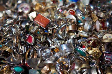 heirlooms: Particolare di tutti i tipi di scintillanti gioielli vintage accumulati uno sopra l'altro. Archivio Fotografico