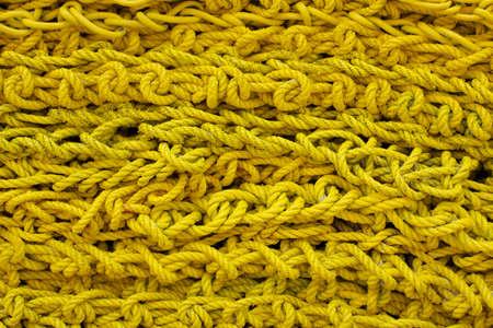 bunched: Pile stretti di corda gialla formando uno sfondo con texture.