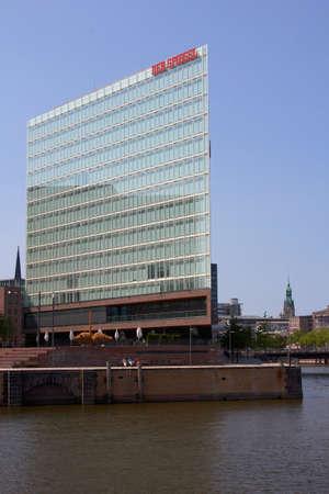 journalistic: AMBURGO, Germania - luglio 2013 Dettaglio facciata e firmare presso la sede dell'influente rivista tedesca e la casa editrice Der Spiegel ad Amburgo, in Germania nel luglio 2013