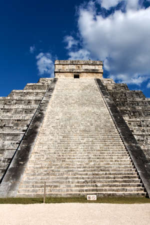 El Castillo, temple pyramid to Mayan serpent god Kukulkan, in Chichen Itza, Yucatan, Mexico  Stock Photo