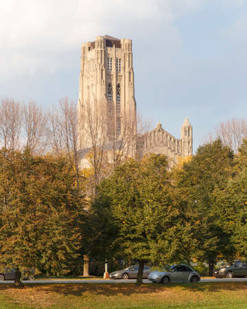 il: CHICAGO, IL, USA - SEPTEMBER 29, 2014: Rockefeller Chapel at the University of Chicago behind early fall trees in Chicago, IL, USA on September 29, 2014.