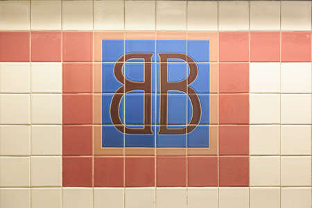 bb: TIled sign reading BB at the Brooklyn Bridge subway stop in Lower Manhattan, New York, NY, USA.