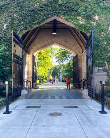 il: CHICAGO, IL, USA - SEPTEMBER 23, 2014: Gate to the campus of the University of Chicago in the Hyde Park area of Chicago, IL, USA on September 23, 2014. Editorial