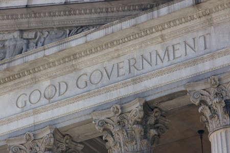 """gobierno corporativo: Las palabras """"buen gobierno"""" en una fachada neocl�sica."""