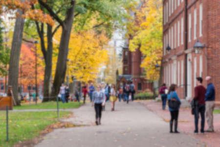 colegios: Fondo borroso de Harvard Yard, el viejo corazón del campus de la Universidad de Harvard, en un hermoso día de otoño.