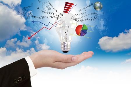 eficiencia: La bombilla en la mano con el gráfico de