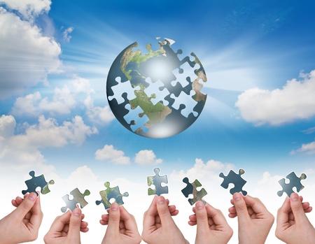Business-Konzept mit einer Hand Gebäude Puzzle Globus