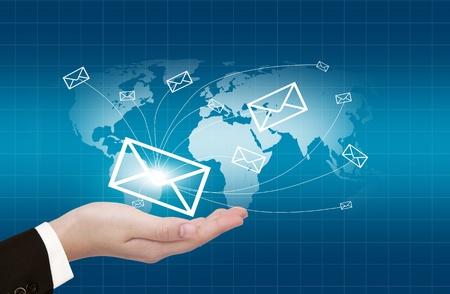 Ręce z dostarczania poczty świata na tle mapy świata