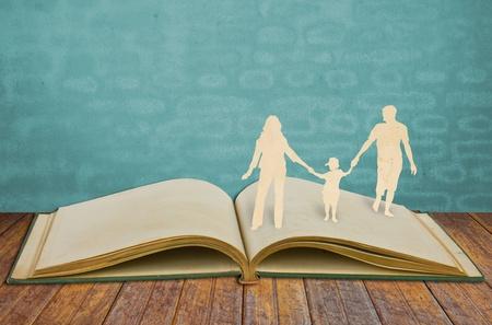 padres hablando con hijos: Cortar el papel de la familia s�mbolo de libro antiguo
