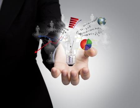 Biznesmen trzyma żarówkę w ręku