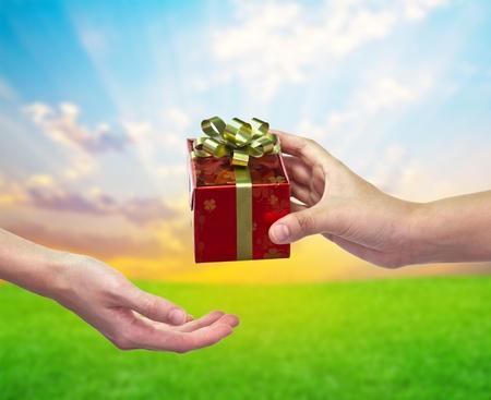 """""""Dar y tomar"""" caja de regalo de mano en mano Foto de archivo"""