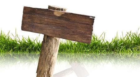 Holzschild und Gras mit Reflexion auf einem weißen Hintergrund. Standard-Bild