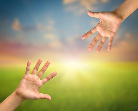 Een hand reikt in de hemel om hulp