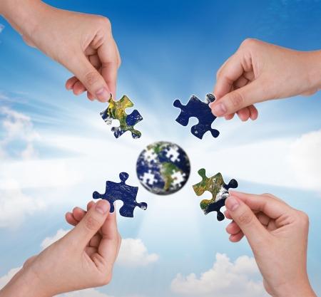 entreprise puzzle: Business concept avec un globe de puzzle main b�timent