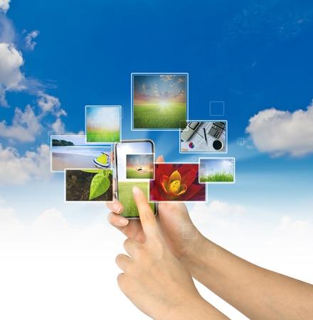 Mobiltelefon a kézben
