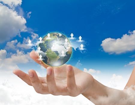 Social Network concept: ziemia hold ręka sieci społecznej nad błękitne niebo Zdjęcie Seryjne