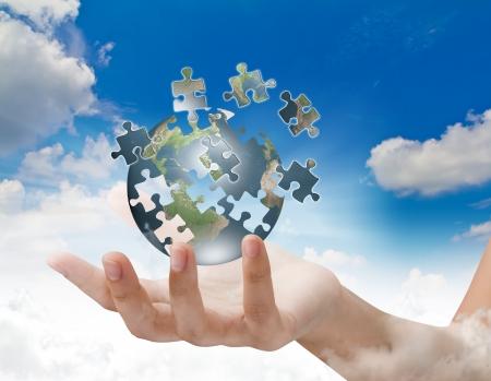 인내: 손 건물 퍼즐 글로브 비즈니스 개념 스톡 사진