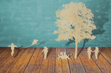 padres hablando con hijos: Cortar el papel de los ni�os juegan Foto de archivo