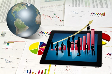crisis economica: Panel t�ctil de los gr�ficos financieros y las siluetas de negocios con el gr�fico de color rojo